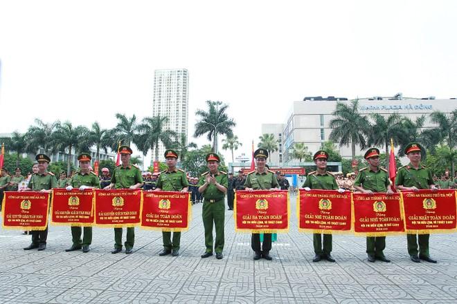 Đại tá Nguyễn Văn Viện - Phó Giám đốc CATP Hà Nội trao giải toàn đoàn cho các Cụm thi đua