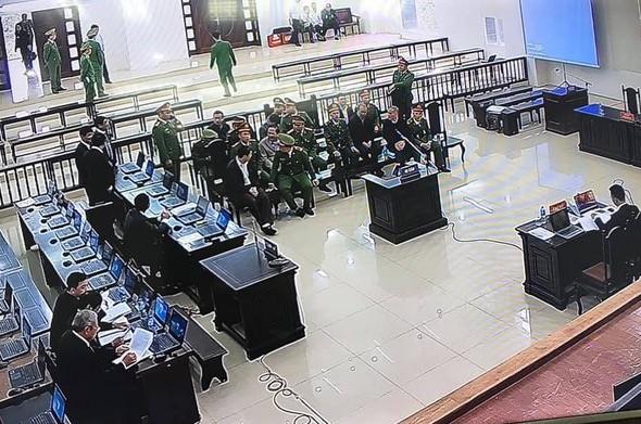 Hình ảnh bên trong phòng xét xử chụp qua màn hình