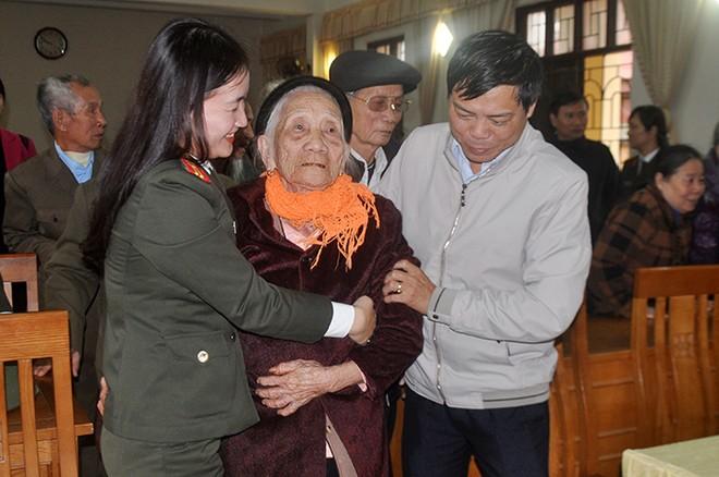 Đoàn công tác đã sẻ chia những hy sinh, mất mát đối với các thân nhân gia đình liệt sĩ, các hoàn cảnh khó khăn trên địa bàn (Trong ảnh: Mẹ Lê Thị Quế (100 tuổi), mẹ liệt sỹ Nguyễn Văn Hùng, con trai cả của mẹ hy sinh khi vừa 18 tuổi)