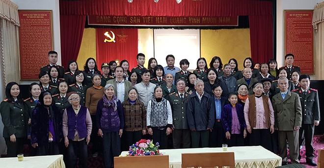 Đoàn công tác chụp ảnh lưu niệm với các đại biểu và nhân dân thị trấn Liên Quan, xã Kim Quan