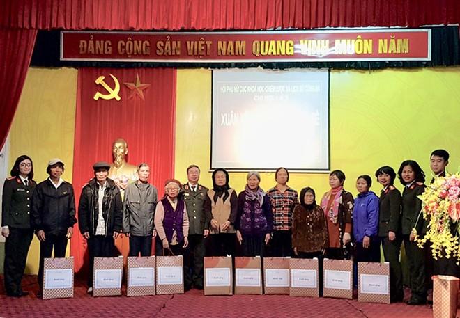Đoàn công tác trao quà cho các cá nhân, gia đình chính sách