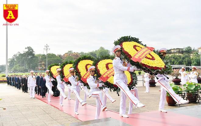 Đoàn đại biểu Ban Chấp hành Trung ương Đảng, Quốc hội, Chủ tịch nước, Chính phủ, Ủy ban Trung ương Mặt trận Tổ quốc Việt Nam đặt vòng hoa, vào Lăng viếng Chủ tịch Hồ Chí Minh