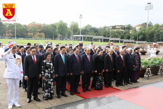 Các đại biểu bày tỏ lòng thành kính trước khi vào lăng viếng Chủ tịch Hồ Chí Minh