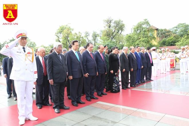 Các đại biểu bày tỏ lòng thành kính trước Đài tưởng niệm Anh hùng liệt sĩ Bắc Sơn