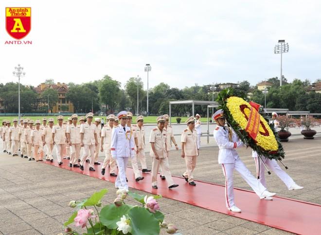 Đoàn đại biểu Đảng ủy Công an Trung ương và Bộ Công an tới đặt vòng hoa, vào Lăng viếng Chủ tịch Hồ Chí Minh