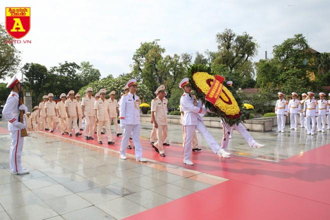 Đoàn đại biểu Đảng ủy Công an Trung ương và Bộ Công an đặt vòng hoa, dâng hương tưởng niệm các Anh hùng liệt sĩ