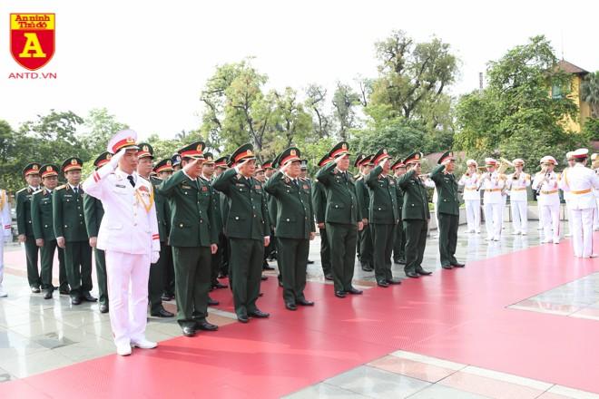 Đoàn đại biểu Quân ủy Trung ương và Bộ Quốc phòng đặt vòng hoa, dâng hương, tưởng niệm các Anh hùng liệt sĩ