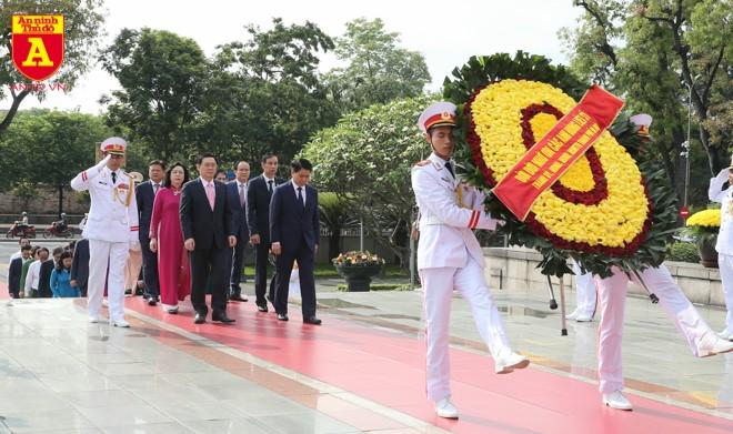Đoàn đại biểu Thành ủy, HĐND, UBND và Ủy ban MTTQ Việt Nam TP. Hà Nội đặt vòng hoa, dâng hương tưởng niệm các Anh hùng liệt sĩ