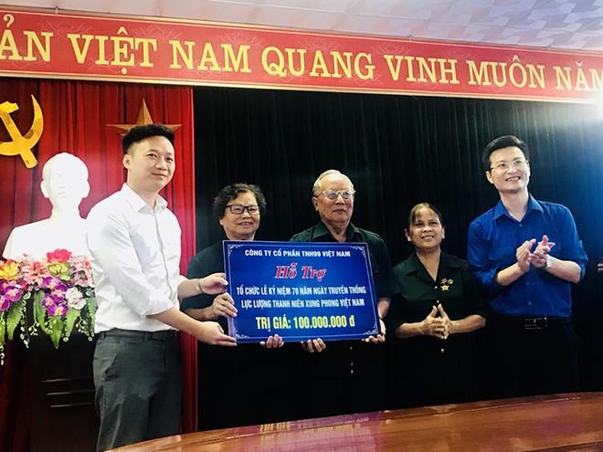 Đại diện Công ty cổ phần TNH99 Việt Nam trao 100.000.000 đồng hỗ trợ tổ chức Lễ kỷ niệm 70 năm ngày Truyền thống lực lượng Thanh niên xung phong Việt Nam