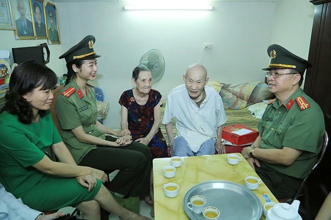 Đoàn công tác thăm hỏi gia đình lão thành cách mạng Lê Văn Tiếp