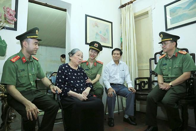 Đoàn công tác thăm hỏi thân nhân của liệt sĩ Võ Hồng Thanh