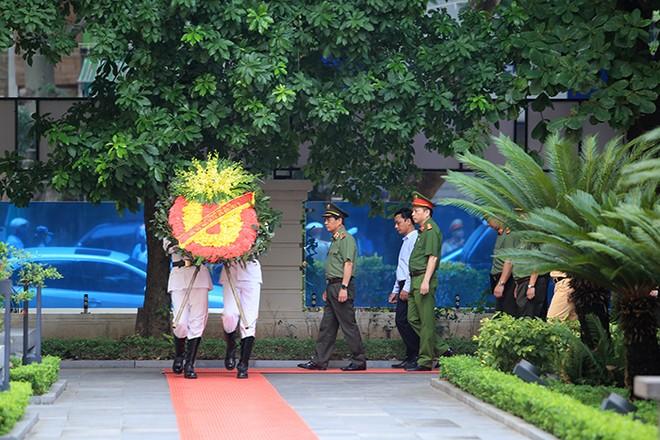 Trung tướng Đoàn Duy Khương dẫn đầu Đoàn Đại biểu CATP dâng hương tưởng niệm, tri ân các Anh hùng liệt sỹ