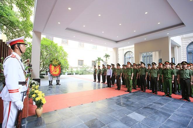 Cán bộ, chiến sĩ CATP Hà Nội mặc niệm trước Đài tưởng niệm Anh hùng liệt sĩ Công an Thủ đô
