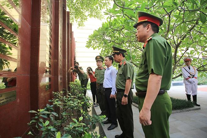 Ban Giám đốc CATP Hà Nội cùng thân nhân liệt sỹ Trịnh Văn Đường xúc động tại nơi ghi danh các Anh hùng liệt sĩ