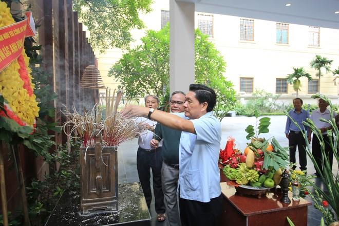 Thiếu tướng Nguyễn Đức Nghi nguyên Giám đốc Cảnh sát PCCC TP Hà Nội, nguyên Phó Giám đốc Công an TP Hà Nội thắp hương, tưởng niệm các Anh hùng liệt sĩ
