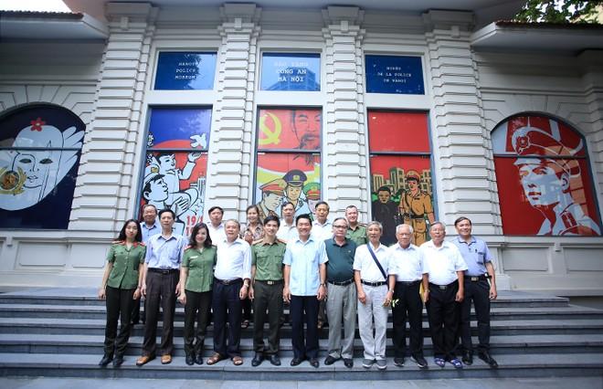 Đoàn chụp ảnh lưu niệm cùng các cán bộ tại Bảo tàng Công an TP Hà Nội