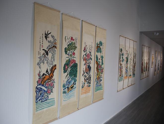 """Tại triển lãm, người xem được chiêm ngưỡng nhiều dòng tranh độc đáo, mang nhiều giá trị thẩm mỹ, tinh thần và tín ngưỡng của người xưa như bộ tranh """"Tố nữ"""", """"Tứ bình: Tùng - Cúc - Trúc - Mai"""", """"Tứ bình: Mai - Sen - Cúc- Tùng"""",..."""
