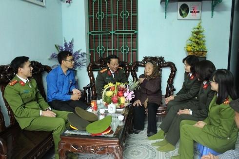 Thượng tá Vũ Thị Kim Yến và đoàn công tác thăm hỏi tặng quà mẹ Việt Nam anh hùng, gia đình chính sách trên địa bàn