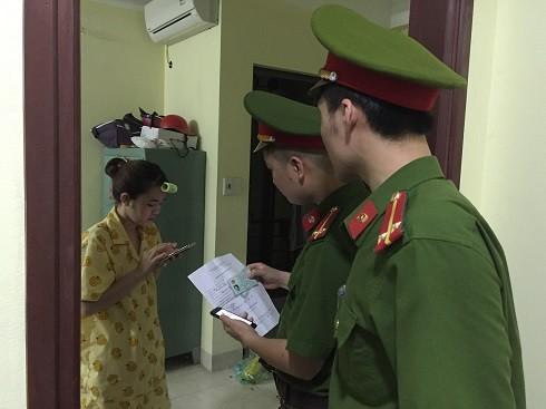 Công an phường Láng Thượng kiểm tra tạm trú tại nhà số 2, ngõ 57,