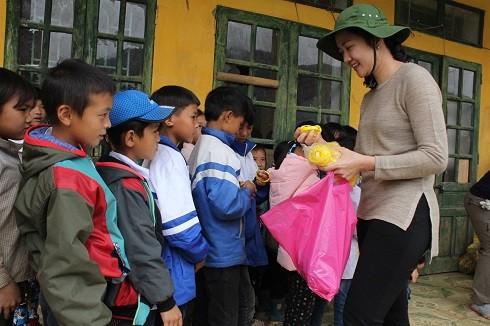 Ngoài những suất quà, các thành viên trong đoàn đã dành tặng các món quà nhỏ, đồ chơi cho học sinh