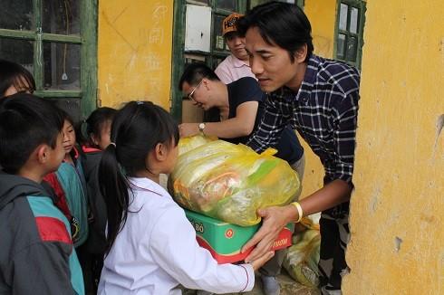 Đoàn đã đi vào sâu các bản, đến điểm trường trao quà cho các em nhỏ