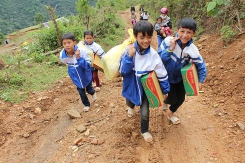 Mặc cho con đường tới trường vất vả bao nhiêu, nụ cười vẫn luôn nở trên môi các em nhỏ ở Phan Thanh