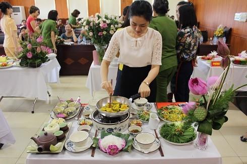 Các nữ chiến sỹ chuẩn bị và trình bày những món ăn cho bữa cơm gia đình