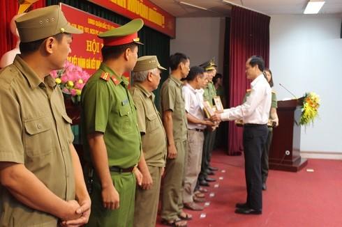 Ông Đỗ Mạnh Tuấn - Chủ tịch UBND quận Bắc Từ Liêm trao giấy khen của Chủ tịch UBND Thành phố cho các tập thể, cá nhân có thành tích xuất sắc