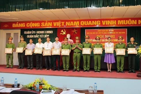 Chỉ huy Công an quận Bắc Từ Liêm trao thưởng cho các tập thể , cá nhân xuất sắc