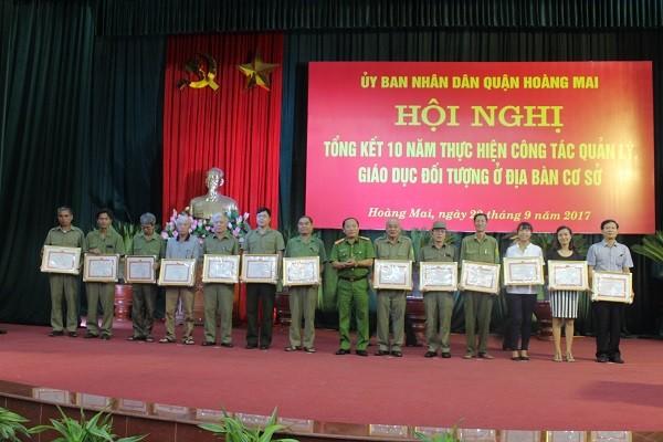 Đại tá Nguyễn Hồng Thái - Trưởng Công an quận Hoàng Mai trao giấy khen của Chủ tịch UBND quận cho