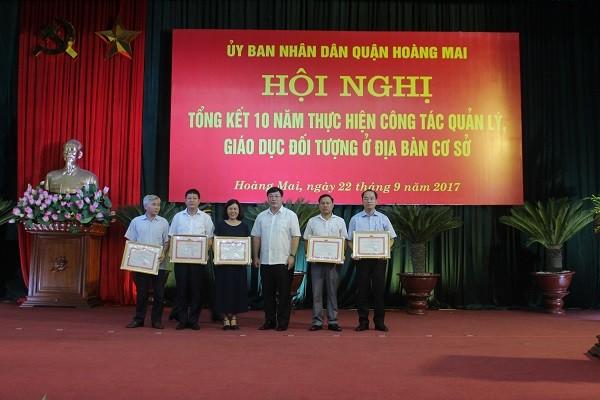Đồng chí Nguyễn Quang Hiếu - Chủ tịch UBND quận Hoàng Mai trao khen thưởng cho các tập thể có thành tích xuất sắc