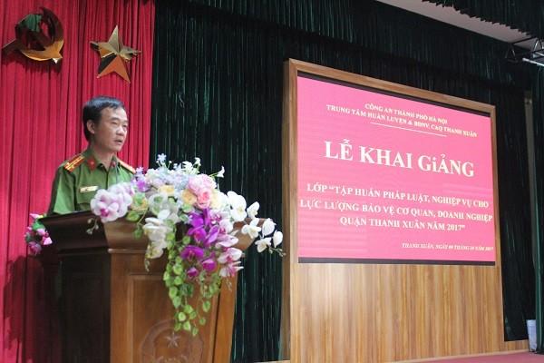 Đại tá Vũ Minh Phương- Trưởng Công an quận Thanh Xuân phát biểu khai giảng lớp học