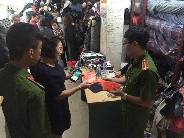 Phòng Cảnh sát PCCC số 1 kiểm tra an toàn PCCC tại một kho chứa vải trên địa bàn phường