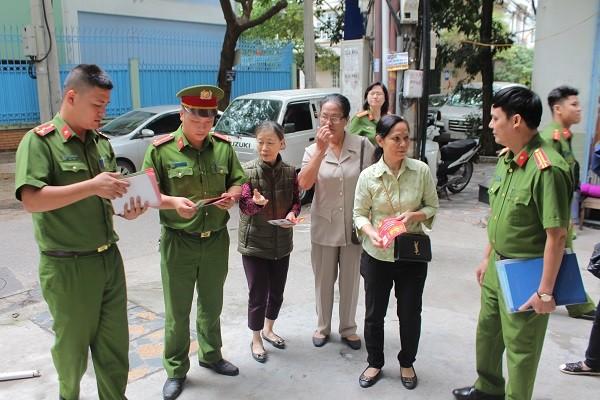 CAP Bạch Đằng cùng với các đơn vị nghiệp vụ đến tận nhà người dân làm công tác tuyên truyền, nhắc nhở về đảm bảo an toàn phòng chống tội phạm