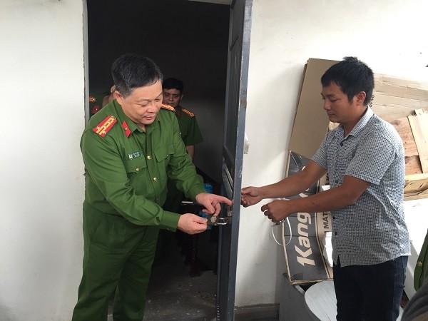 Đại tá Đinh Huy Hoàng - Trưởng Công an quận Hai Bà Trưng trực tiếp kiểm tra khóa an toàn của nhà dân trên địa bàn phường Bạch Đằng