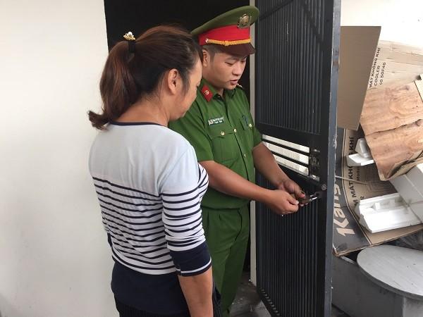 Cảnh sát khu vực trao chìa khóa mới cho chủ nhà