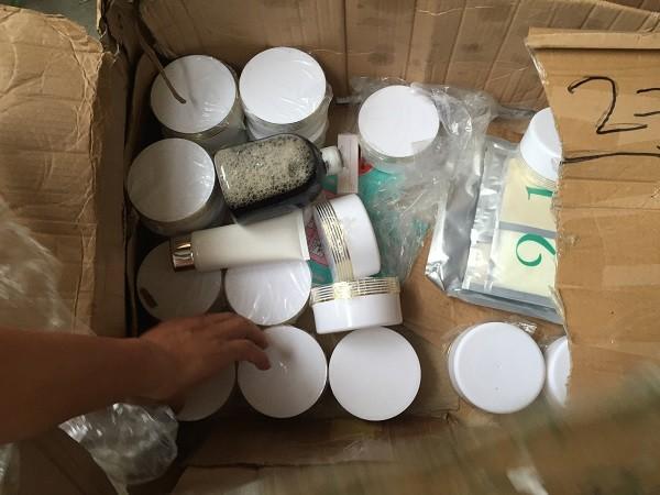Các sản phẩm thô được đóng gói ngay tại kho tạm của công ty