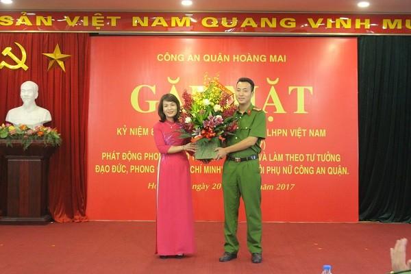 Đoàn Thanh niên CAQ tặng hoa chúc mừng chị em phụ nữ CAQ