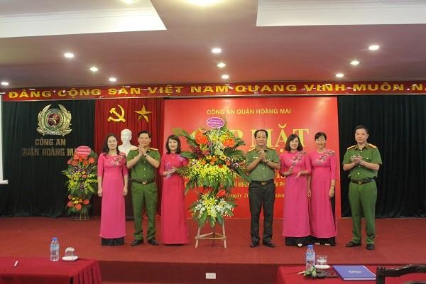 Ban chỉ huy CAQ Hoàng Mai tặng hoa Hội Phụ nữ CAQ nhân ngày Phụ nữ Việt Nam
