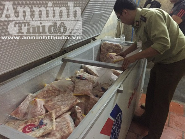 Số lượng lớn thực phẩm trong các tủ lạnh