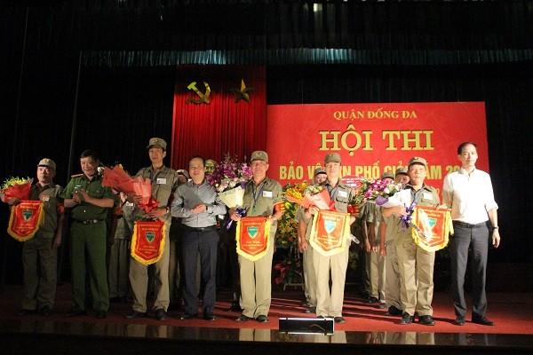 Ban tổ chức tặng hoa và cờ lưu niệm cho 5 đội thi tham gia Hội thi Bảo vệ dân phố giỏi