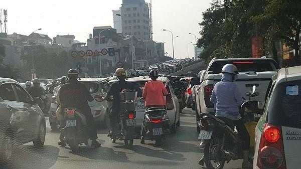 Cận cảnh vụ 4 chiếc xe ôtô va chạm trên đường Trần Khát Chân ảnh 5