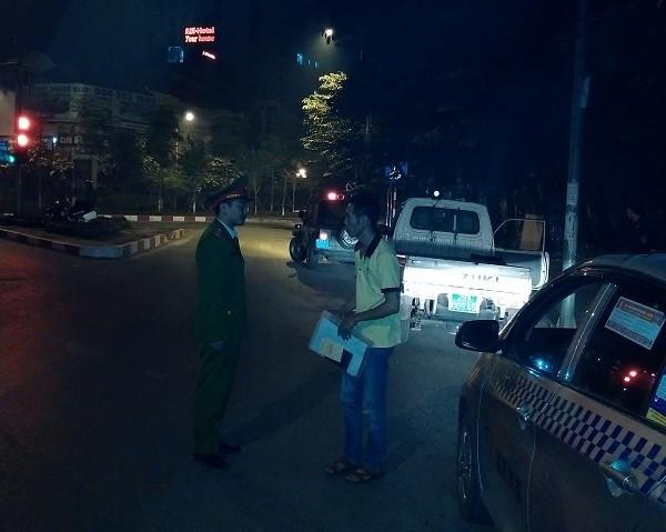 Lực lượng CAP kiểm tra hành chính các phương tiện hoạt động sau 23h