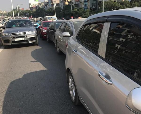 Cận cảnh vụ 4 chiếc xe ôtô va chạm trên đường Trần Khát Chân ảnh 1
