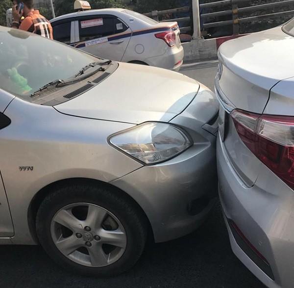Cận cảnh vụ 4 chiếc xe ôtô va chạm trên đường Trần Khát Chân ảnh 2