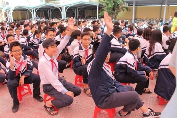 Các em học sinh hào hứng phát biểu, tìm hiểu kiến thức pháp luật