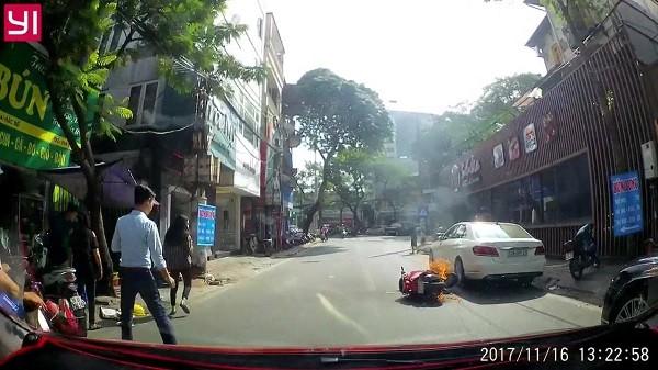 Hai cô gái ngồi trên xe hốt hoảng vứt xe bỏ chạy