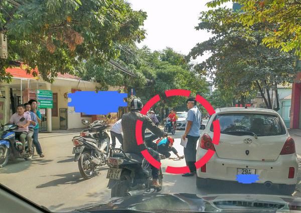 Lái xe mở cửa xe thiếu quan sát gây tai nạn cho bé gái ở Hà Nội