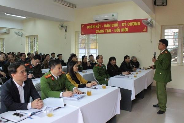 Đại tá Đinh Huy Hoàng - Trưởng Công an quận Hai Bà Trưng ( thứ 2 từ trái sang) dự và chỉ đạo hội nghị