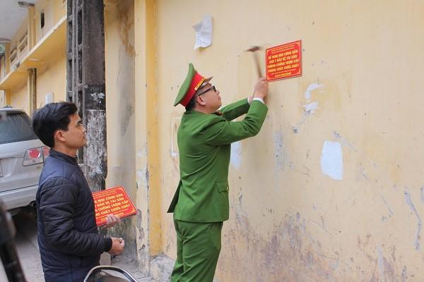 Nhiều biển cảnh báo, tuyên truyền được gắn ở các địa bàn dân cư tại phường Minh Khai
